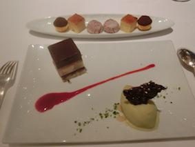 チョコレートムース、ピスタチオのアイスクリーム、小菓子