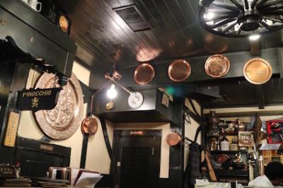 壁に掛かったたくさんの銅鍋が可愛い
