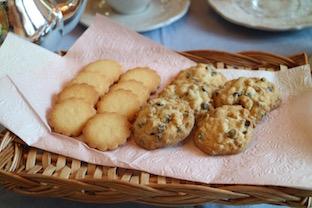 『型抜きクッキーとチョコチップクッキー』