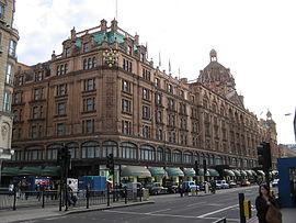 ロンドンの老舗高級デパート「ハロッズ」(出典:ウィキペディアより)